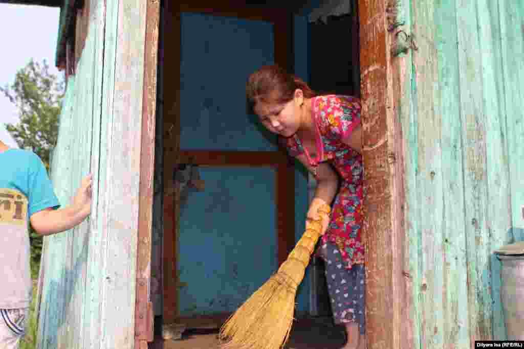 Семья Ергашевых живет в Покровке в арендуемом доме. Воду таскают из колодца, газ покупают в баллонах.