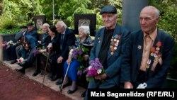 По официальной статистике, ветеранов Второй мировой войны в Грузии осталось всего шесть тысяч человек. Участников боевых действий собралось в парке Ваке всего несколько десятков человек. Большинство из них с благодарностью приняли планы правительства
