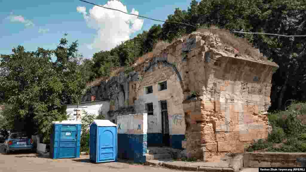 З іншого боку, прямо під аркою, облаштували громадський туалет, який зараз не працює. Біля кам'яної конструкції встановили також і біотуалети