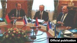 Слева направо: Главы МИД России, Армении и Азербайджана - Сергей Лавров, Эдвард Налбандян и Эльмар Мамедъяров, Москва, 4 апреля 2014 г.