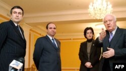 Վրաստան, Թբիլիսի, 9-ը նոյեմբերի, 2003թ. - Նախագահ Էդուարդ Շեւարդնաձեն հանդիպում է ընդդիմության առաջնորդներ Միխեիլ Սաակաշվիլիի, Զուրաբ Ժվանիայի եւ Նինո Բուրջանաձեի հետ