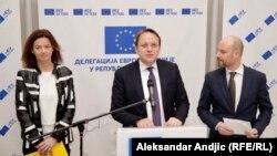 Poslanici Evropskog parlamenta Tanja Fajon i Vladimir Bilčik sa evropskim komesarom za proširenje Oliverom Varheljijem
