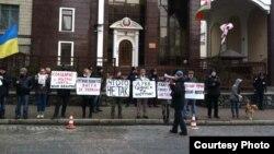 Акція біля посольства Білорусі (фото від Громадського сектору Євромайдану)