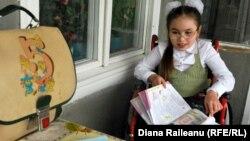Nelea Lungu, 12 ani, unul din copiii lipsiți de părinți; trăiește împreună cu bunica ei la Roșcani