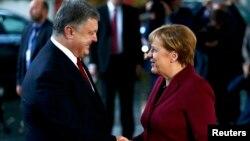 Петро Порошенко і Анґела Меркель на переговорах у Берліні, 19 жовтня 2016 року
