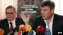 Михаил Касьянов (с) һәм Борис Немцов. 2011 елның 28 марты