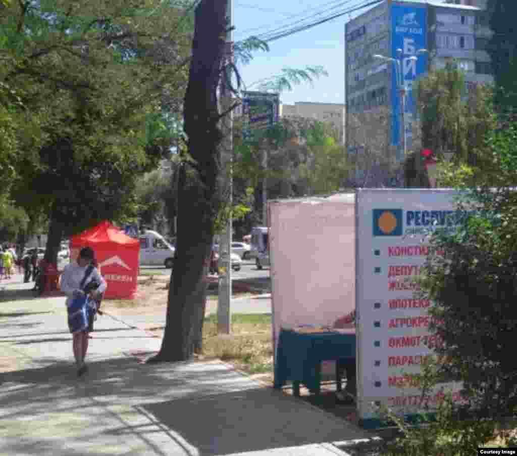 """Бишкек шаарынын Бөкөнбаев көчөсүнө эки партия үгүт """"күркөсүн"""" ачты. """"Эмне бирдик саласыңарбы?"""" деп таңдангандар четтен чыгат."""
