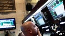 روز چهارشنبه بازارهاى سهام در ساير نقاط جهان نيز وضعيت خوبى نداشتند.(عکس: AFP).