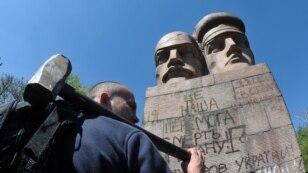 У столиці на Либідській площі активісти намагалися знести пам'ятник чекістам