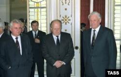 8 декабря 1991 года правители Беларуси, России и Украины подписали соглашение о создании Содружества независимых государств. Леонид Кравчук, Станислав Шушкевич и Борис Ельцин после подписания соглашения