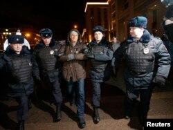 Задержание Владимира Ионова (в центре) на акции 15 января на Манежной площади