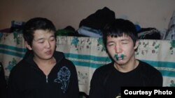 Заключенные, зашившие себе рты. СИЗО № 1 Бишкек, 25 января 2012 года.