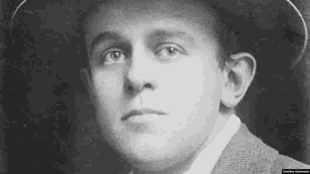 """Снимка на Джон Рид от началото на XX век. Той е роден в Портланд, Орегон, през 1887 г. Израснал и възпитан в това, което той описва като """"господарско имение по модел на френско шато"""" с """"опитомени елени сред дърветата"""". Но семейството му скоро губи голяма част от богатството си и Рид започва да се бори с внезапната загуба на благосъстоянието си."""