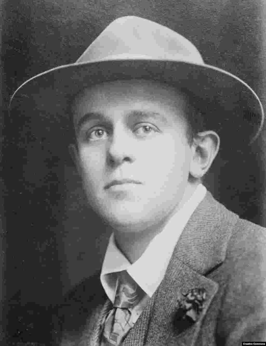 """John Reed portréja az 1900-s évek elejéről. Reed az oregoni Portlandban született, 1887-ben. Elmondása szerint egy """"francia kastélyt idéző főúri udvarházban"""" nőtt fel, amelynek """"erdejében szelíd szarvasok"""" tanyáztak. Családja azonban elveszítette vagyonát, és Reed nehezen viselte a hirtelen elszegényedést."""