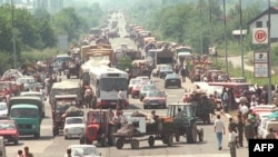 Prognani Srbi iz Hrvatske čekaju dozvolu za ulazak u Banju Luku, 1995.
