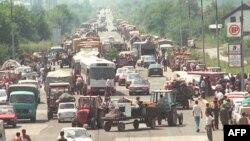 """Desetine tisuća izbjeglica iz Hrvatske nakon """"luje"""" čeka na dozvolu da uđu u Banjaluku, 7. kolovoz 1995. godine"""