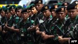Индонезия әскерилері Азия ойындарының ашылу салтанаты өтетін стадион маңында тұр. Джакарта, 16 тамыз 2018 жыл.