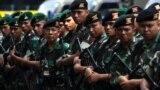 Индонезийские военные рядом со стадионом, где пройдет церемония открытия Азиатских игр. Джакарта, 16 августа 2018 года.