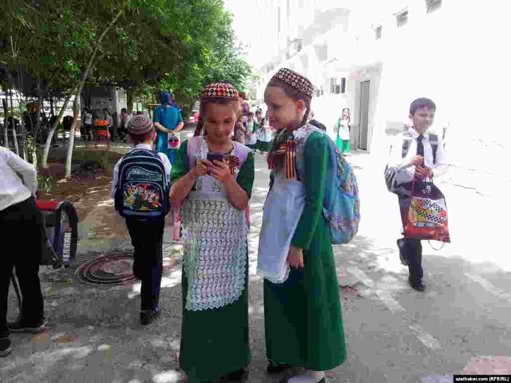 В школах Туркменистана популярна форма зеленого цвета