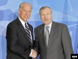 ABŞ-yň wise-prezidenti Jo Baýden (çepde) NATO-nyň Brýusseldäki ştab-kwartirasyna gelende, NATO-nyň baş sekretary Ýaap de Hoop Sheffor ony gutlaýar. 2009-njy ýylyň 10-njy marty.