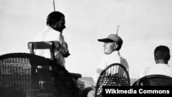 Ernest Hemingway balıq tutarkən Arnold Samuelson-lə danışır, Pilar yaxtası, 1934-cü ilin yayı.