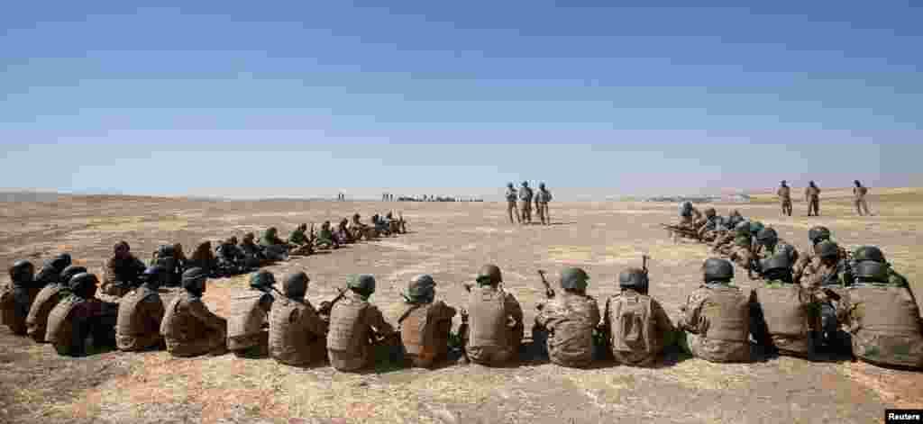 شبهنظامیان سنی هوادار دولت در حال تمرین