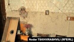 Старые полки на облезлых стенах, с которых в беспорядке свисают электрические провода