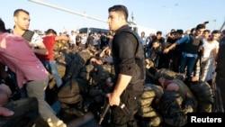 گروهی از سربازان بازداشتشده در پی کودتای نافرجام