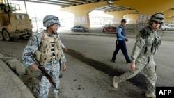 سربازان آمریکایی در محل انفجار یک بمب کنار جاده ای در بغداد. عکس تزئینی است