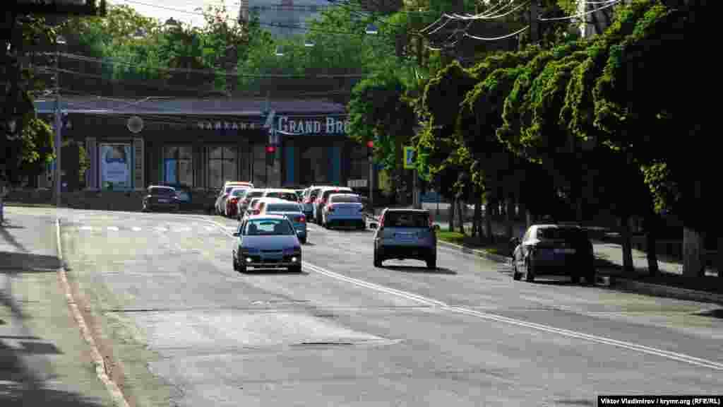 Вулиця Воровського у Сімферополі починається на перехресті з вулицею Шмідта