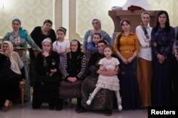 Женщины наблюдают за танцами на свадьбе в Грозном
