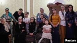 Женщины наблюдают за танцами на свадьбе в Грозном, 2013 год