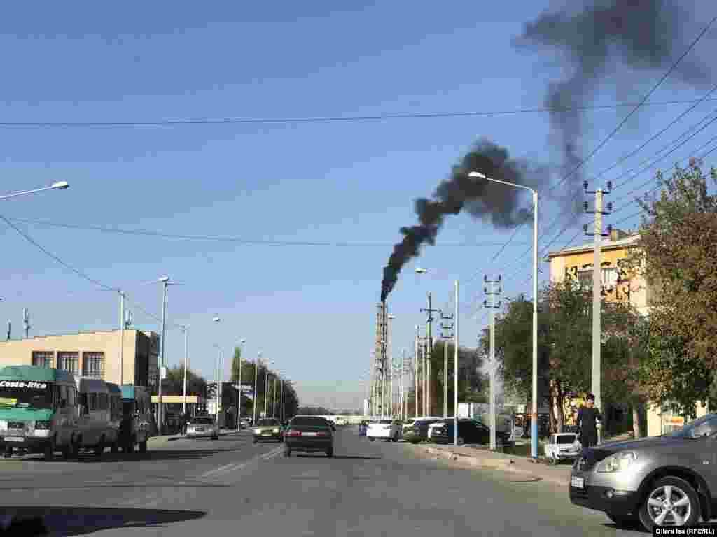 По данным акимата Туркестана, лишь 10 процентов из примерно 35 тысяч зданий в городе газифицированы. Оставшаяся часть сжигает около 150 тысяч тонн за отопительный сезон. Многоквартирные дома снабжают теплом котельные. Круглосуточно из трубы этой котельной в воздух поднимается столб густого дыма.