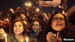 Жители Каира слушают сообщение об оставке президента Мубарака, 11 февраля 2011 г