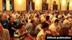 Верующие собрались на молитву в Рамазан в мечети «Чимир ата» в Ташкенте.