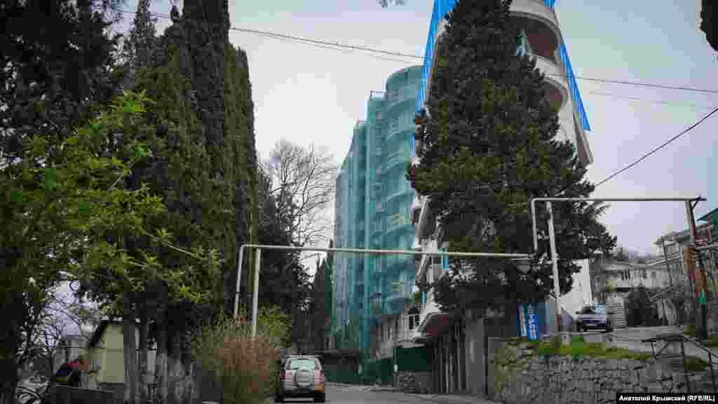 Ця багатоповерхівка на вулиці Виноградній «виросла» нещодавно