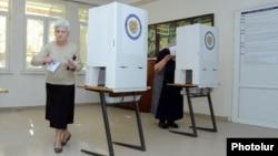 Формально, выборы мэра – это местные выборы в одном из субъектов Армении, городе Ереване, но, с другой стороны, Ереван – это порядка 35% процентов населения Армении, т.е. они, можно сказать, носят и общенациональный характер