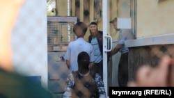 Марлена Асанова виводять з будівлі Київського районного суду міста Сімферополя, серпень 2018 року