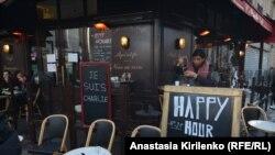 """Табличка на здании кафе в Париже с надписью: """"Я - Шарли"""". 11 января 2015 года."""