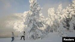 Снег в Красноярске, где температура упала до минус 30 градусов. 18 декабря 2012 года.