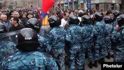 Полиция охраняет порядок во время акции протеста оппозиции в центре Еревана, апрель 2011 г.