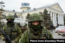 Симферополь, 28 февраля 2014. Российские солдаты без опознавательных знаков занимают аэропорт