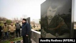 Журналисты собрались на кладбище, чтобы почтить память убитого в 2005 году журналиста Эльмара Гусейнова