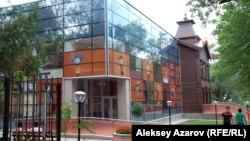 Мемлекеттік қуыршақ театрының реконструкциядан кейінгі қалпы. Алматы, 24 шілде 2013 жыл.