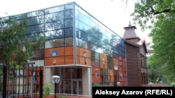 Фасад здания Государственного театра кукол после реконструкции. Алматы, 24 июля 2013 года.