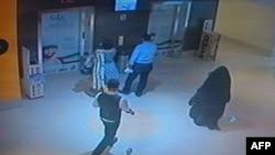 Në video shiet gruaja e veshur me ferexhe të zezë e cila është e dyshuar për vrasjen e amerikanes