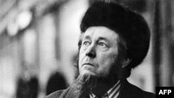 Aleksandr Solzhenitsyn arrives in the German city of Frankfurt on February 15, 1974, after being expelled from the Soviet Union.