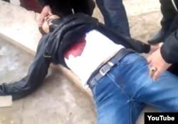 Жаңаөзен оқиғасы кезінде полицияның оғынан қаза тапқан жігіттің денесі. Жаңаөзен, 16 желтоқсан 2011 жыл.