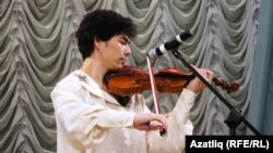 Хәйрия концертында танылган скрипкачы Илшат Мөслимов уйный