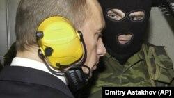 Президент Росії Володимир Путін (ліворуч) на полігоні Головного управління розвідки (ГРУ) Міністерства оборони Росії, 8 листопада 2006 року